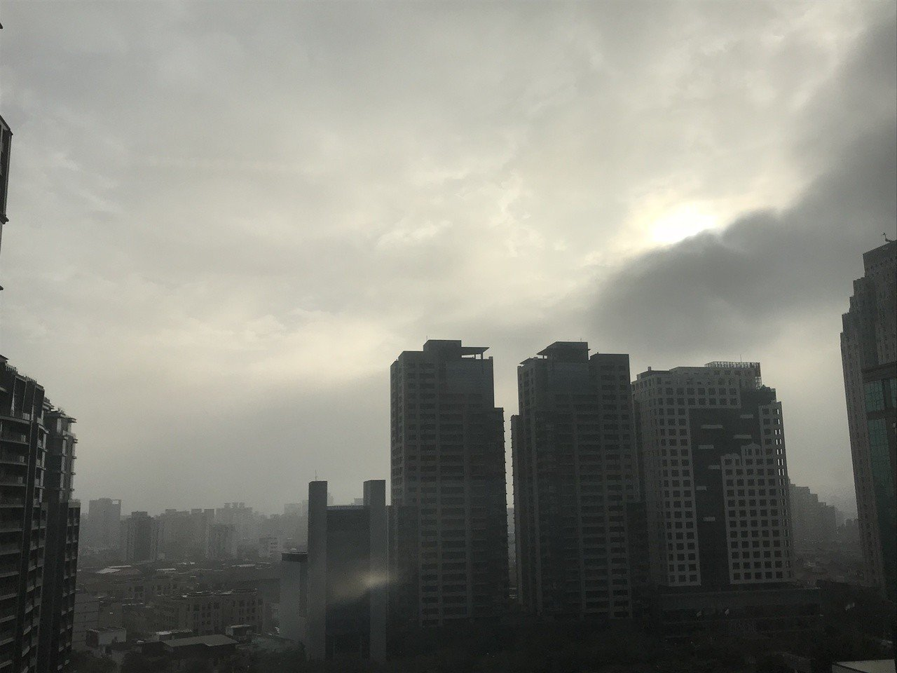 台中市區空氣品質亮橘燈,一片灰濛濛。記者陳秋雲/攝影