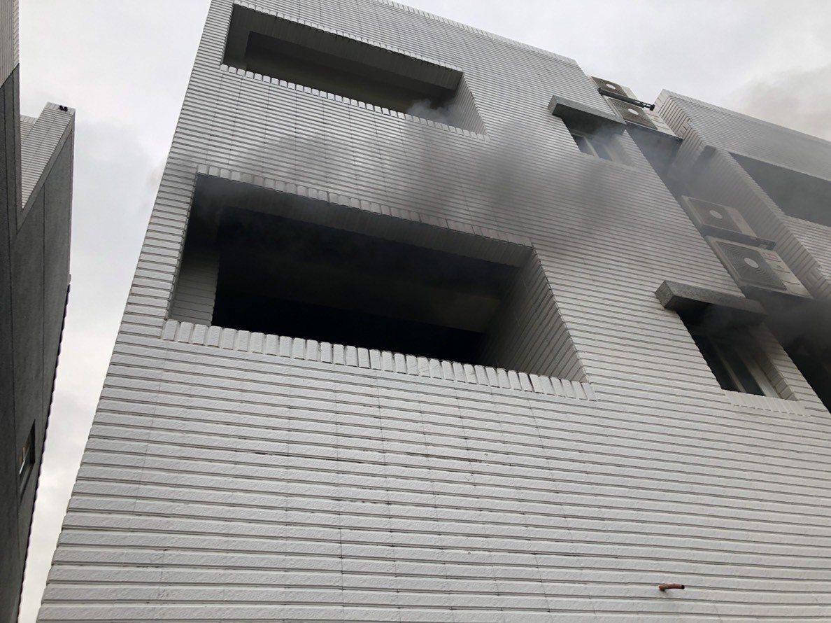 2樓後方窗口不斷冒出黑煙,屋主堅稱在烤肉。圖/台東消防局提供