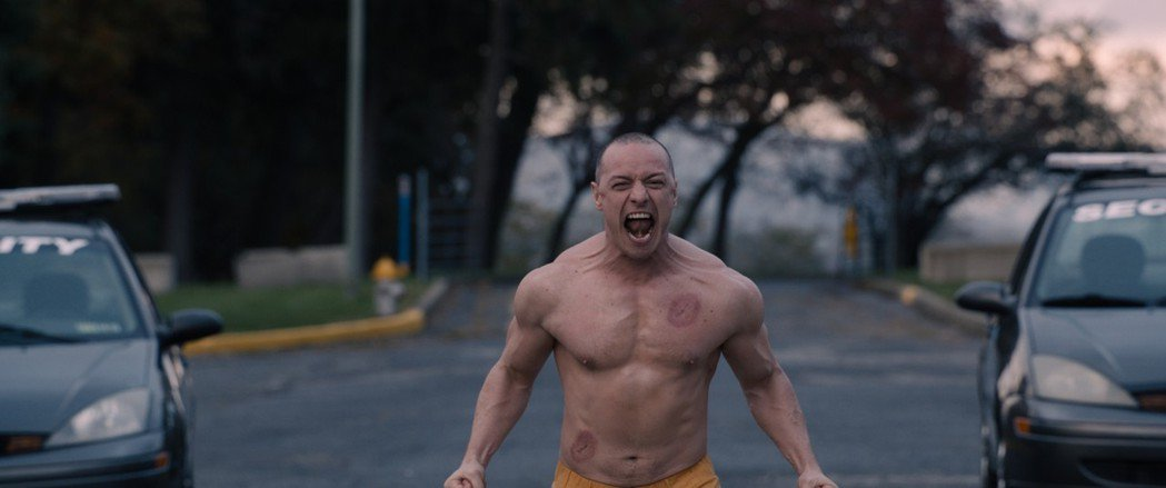 詹姆斯麥艾維在「異裂」變身野獸時都會露出上半身的肌肉。圖/迪士尼提供