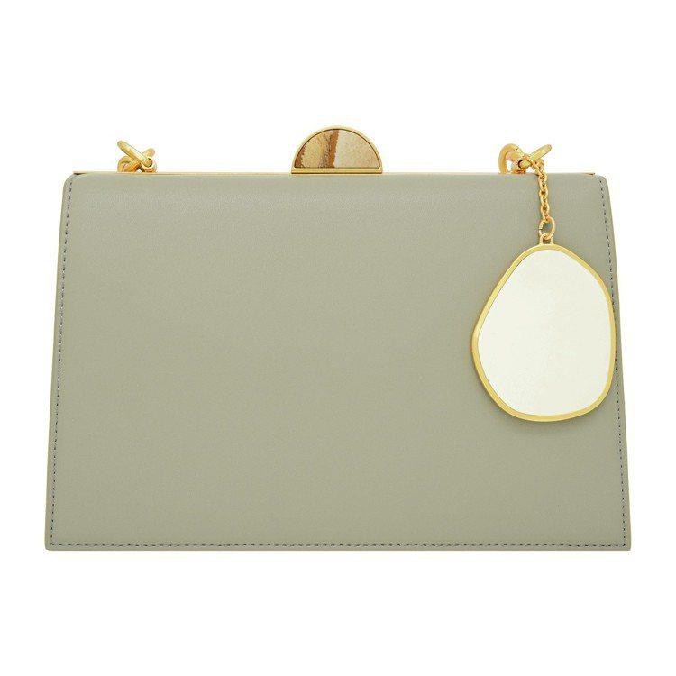 扁石掛飾手提包,售價2,990元 。圖/CHARLES & KEITH提供