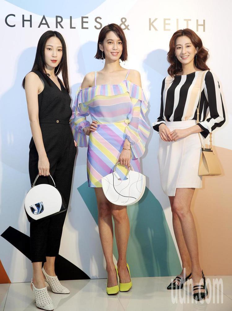 陳庭妮(中)以春夏新款半圓形手提包2,290元、方頭高跟鞋 1,790元,與模特...