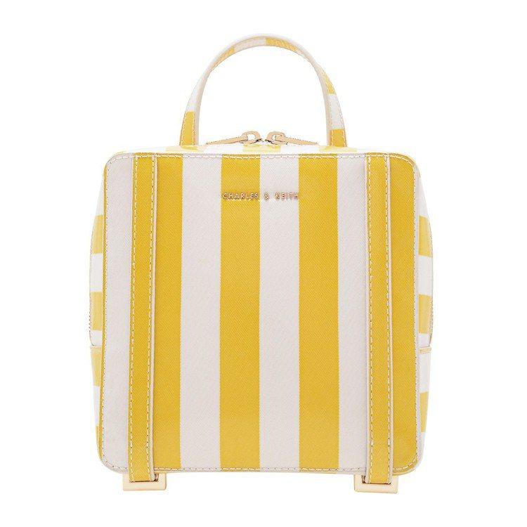 方形後背包,售價2,190元。圖/CHARLES & KEITH提供