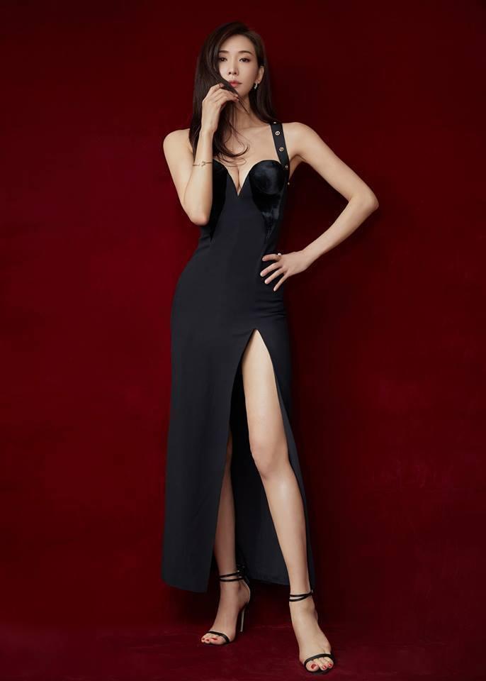 林志玲日前在微博之夜以Versace 2018早秋的黑色高衩合身剪裁禮服現身。圖...