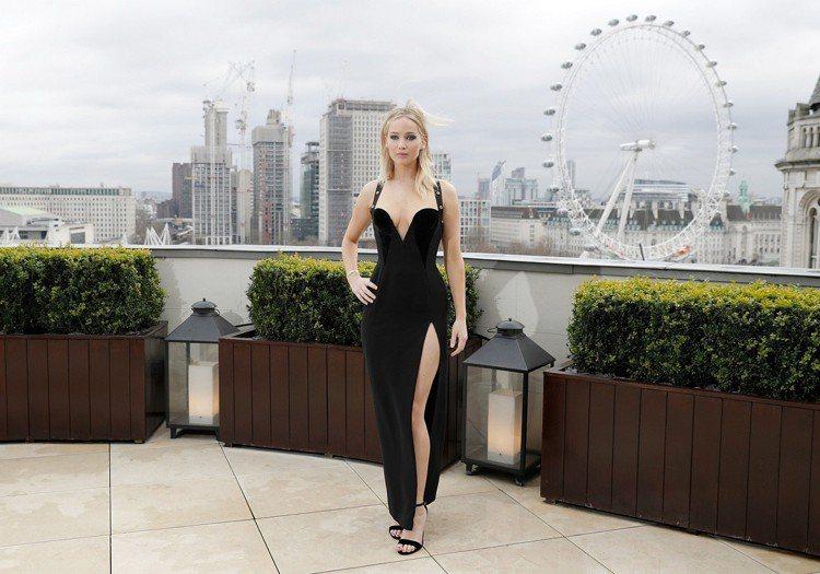 珍妮佛勞倫斯在去年二月穿上Versace 2018早秋的黑色高衩合身剪裁禮服現身...