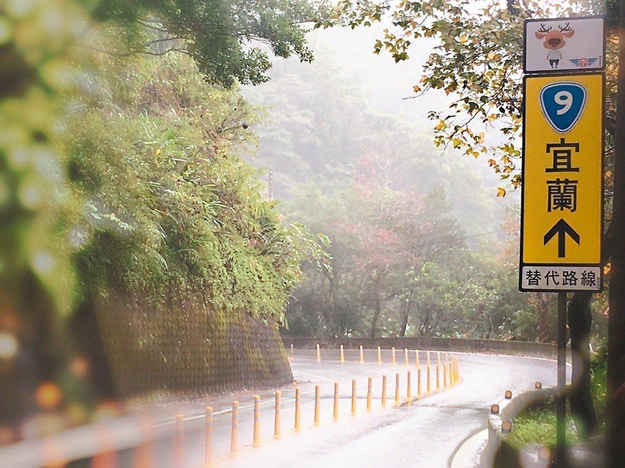 公路總局規劃台9線作為國道5號替代路線,循著指引標誌上方增設「幸福公鹿」(圖騰)...