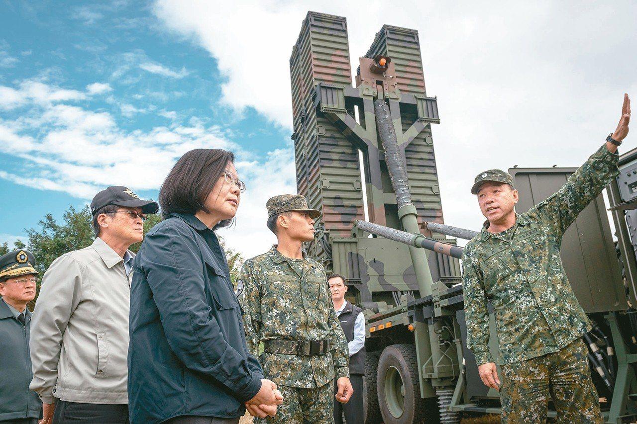 蔡英文總統昨天視導花蓮國軍部隊,由我國自力研發部署於台灣東部的天弓三型防空飛彈,...