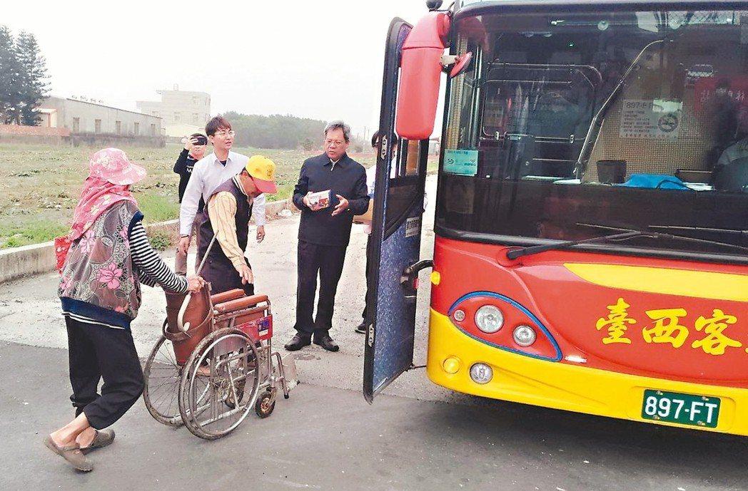 公路總局極限村免費公車駛進四美村,坐輪椅老人也來搶搭首班車,監理所長李輝宏護送老...