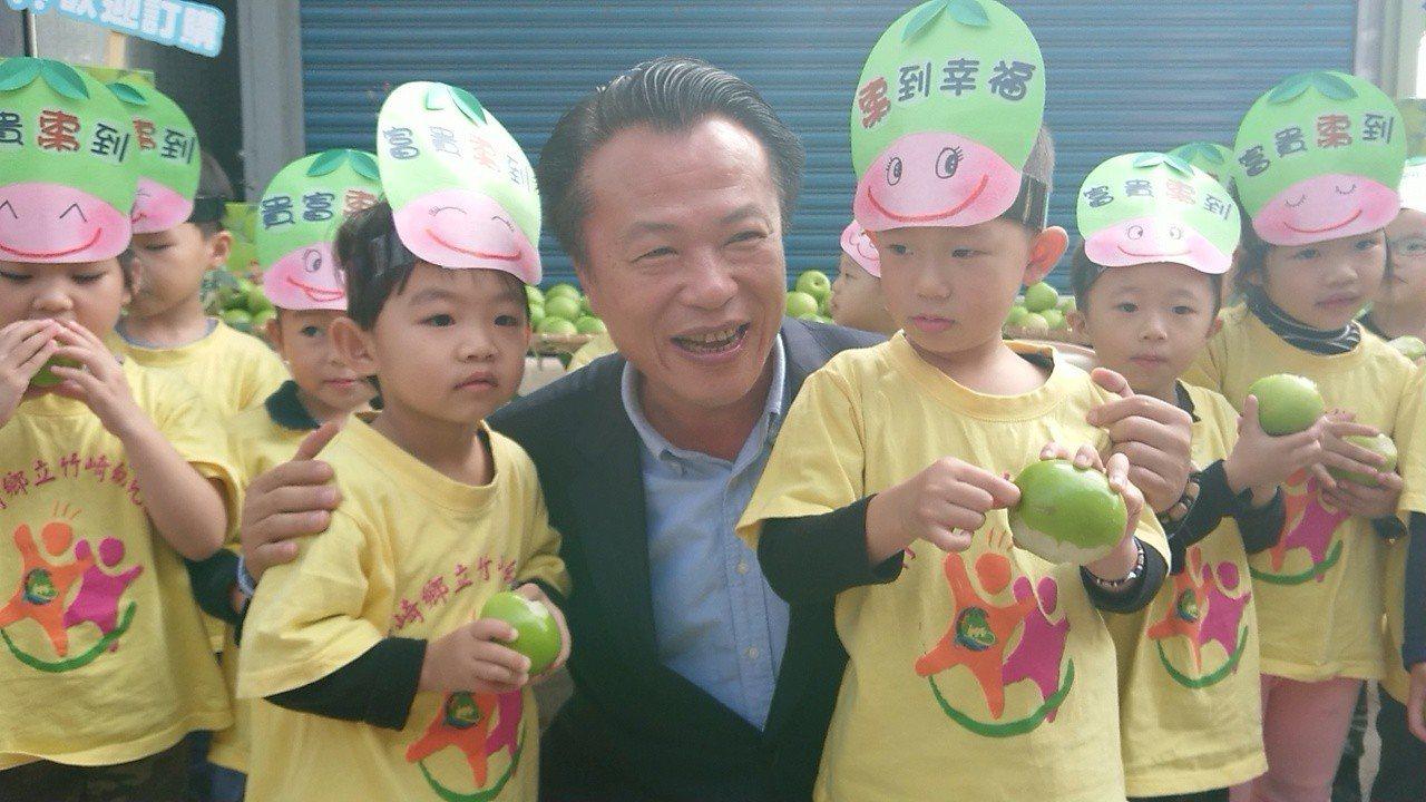 幼童稱讚蜜棗好甜像蘋果,翁章梁開心拉他們拍照。 記者卜敏正/攝影