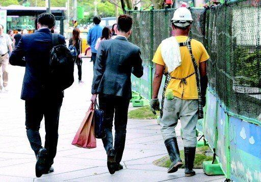 勞動部調查,近四成八的勞工近一年有加班情形,平均每月延長工時為十五點六個小時。 ...