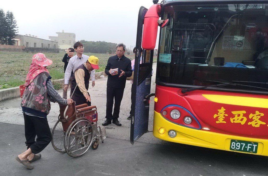 公路總局首班極限村免費公車駛進東勢鄉四美村,坐輪椅老人也來搶搭首班車,監理所長送...