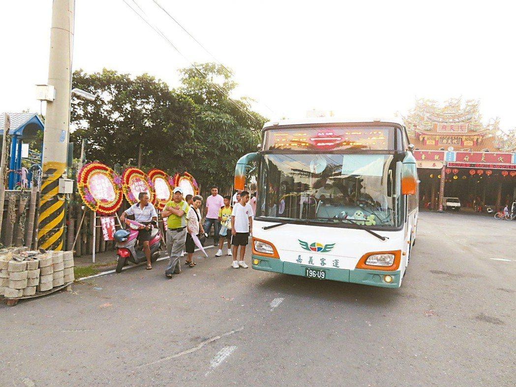 去年8月,東石鄉洲仔村第一班公車清晨六點廿分駛抵代天府新站牌。 圖/聯合報系資料...