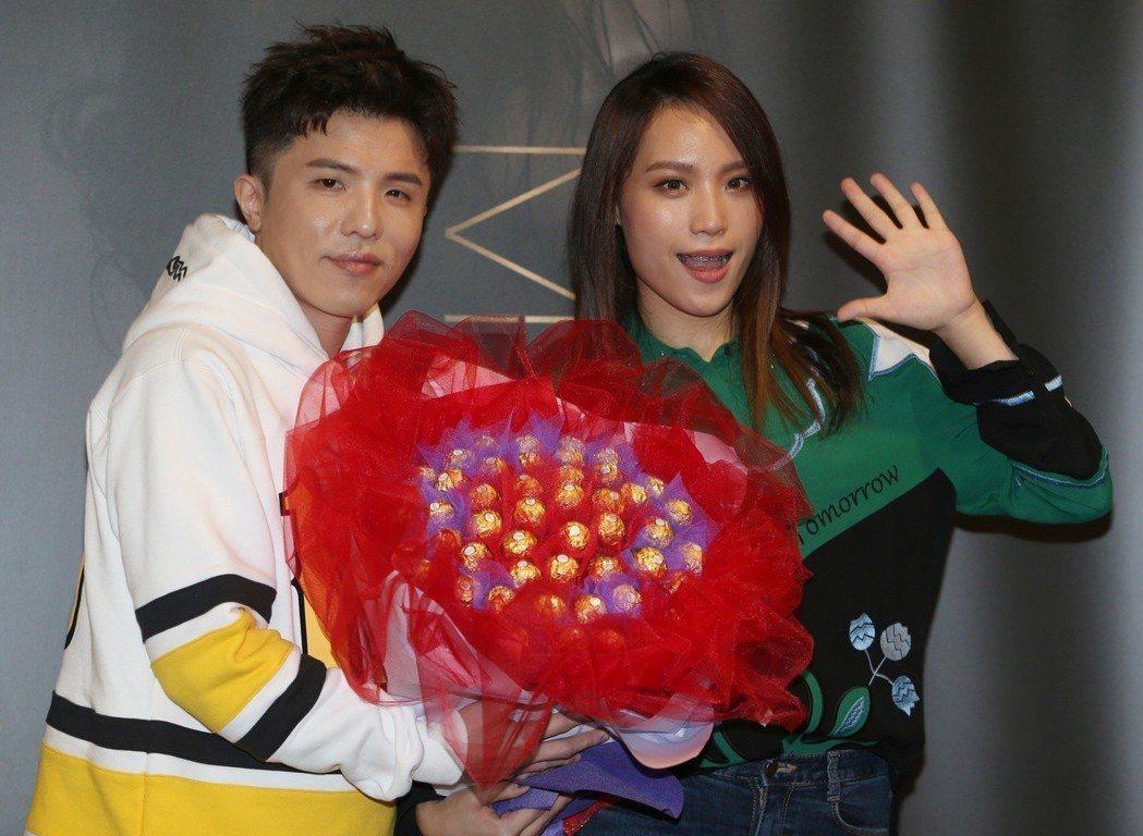 小宇(左)獻花給呂薔被戲稱好像在求婚。記者侯永全/攝影
