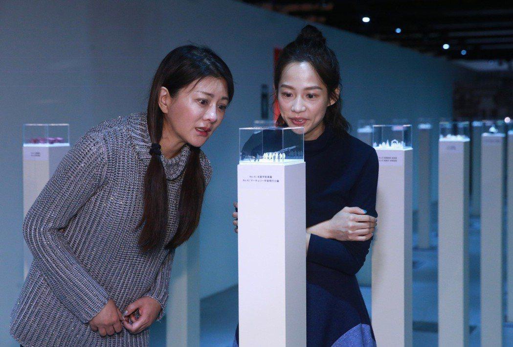 演員簡嫚書(右)、葛蕾(左)抽空前往松山文創參觀「角落小夥伴特展」及1/100的...