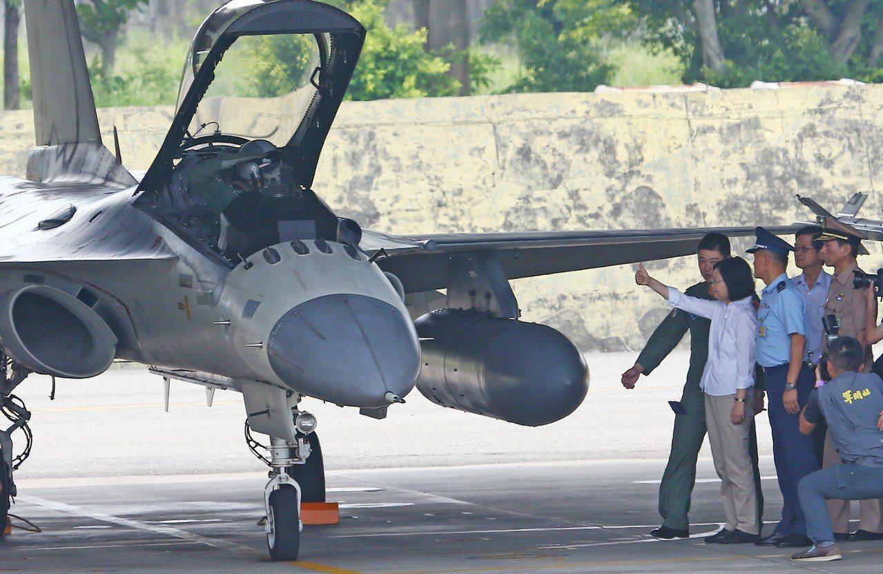 蔡英文向經國號戰機出「讚」。記者杜建重/攝影