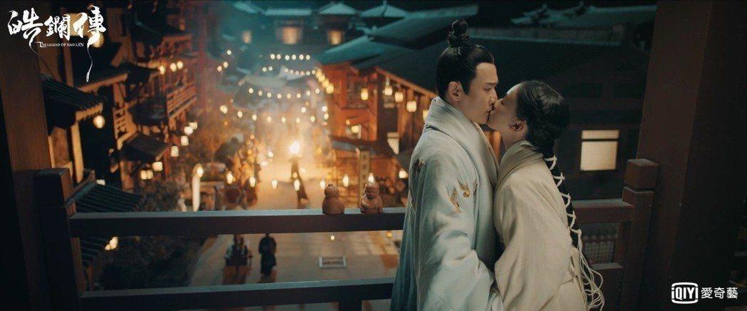 吳謹言(右)在「皓鑭傳」中主動吻聶遠。圖/愛奇藝台灣站提供