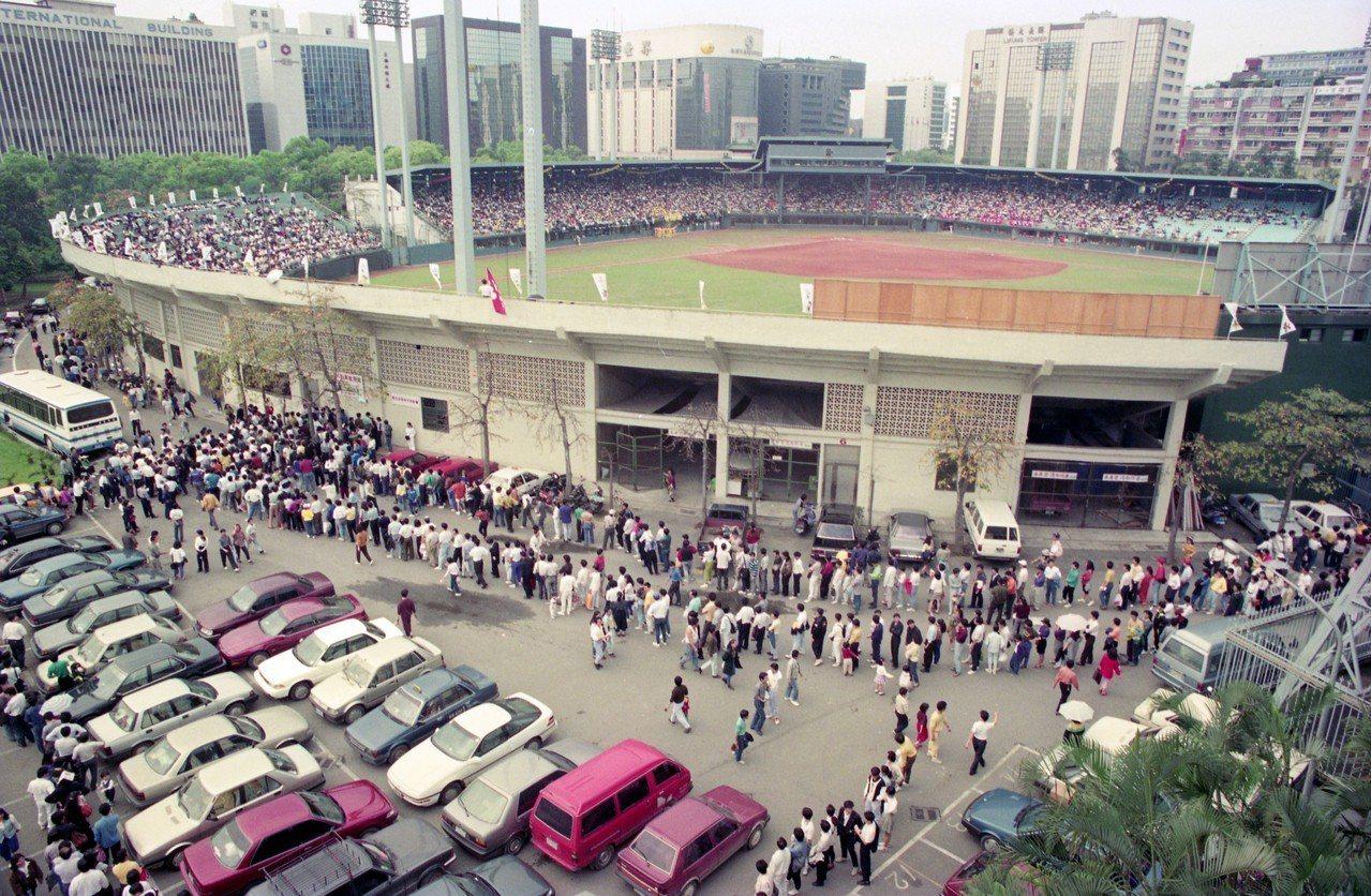職棒二年,味全與兄弟之戰吸引滿場球迷,造成台北市體育場停車場爆滿。圖/本報系資料...