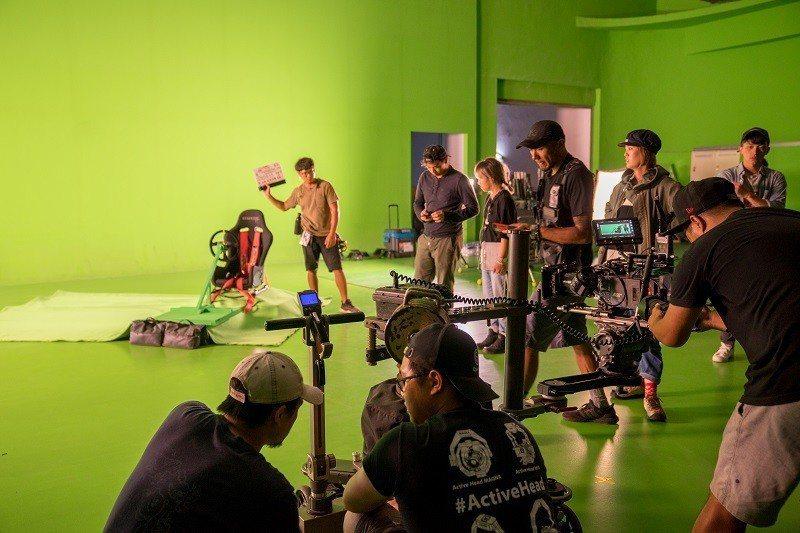 《叱咤風雲》劇組在嶺東科技大學「即時合成特效攝影棚」拍攝多組車內特寫與合成畫面鏡...