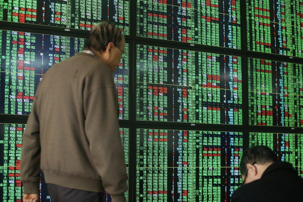 台股16日開盤跌24.69點,加權股價指數9781.35點,成交金額14.09億...