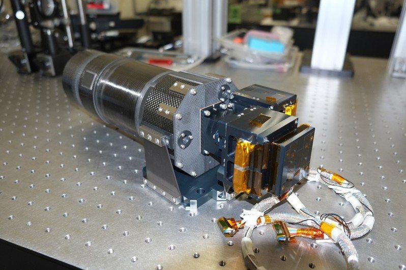 中央大學和日本北海道大學、東北大學共同合作的高精度望遠鏡,總重僅3公斤、口徑10公分,繞射極限約在1.5角秒,可不受天氣限制或大氣不穩定所造成的干擾,依需求進行觀測。(中大天文所提供) 中央社