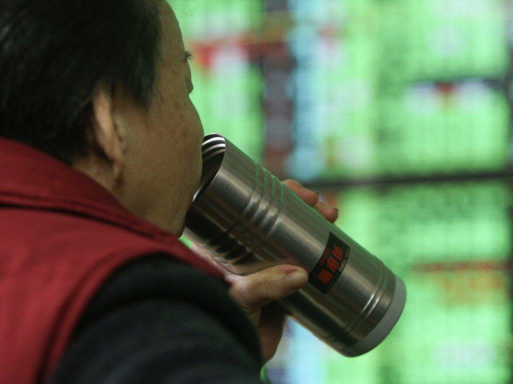 台股加權指數16日收在9763.81點,跌42.23點,跌幅約0.43%,成交值...