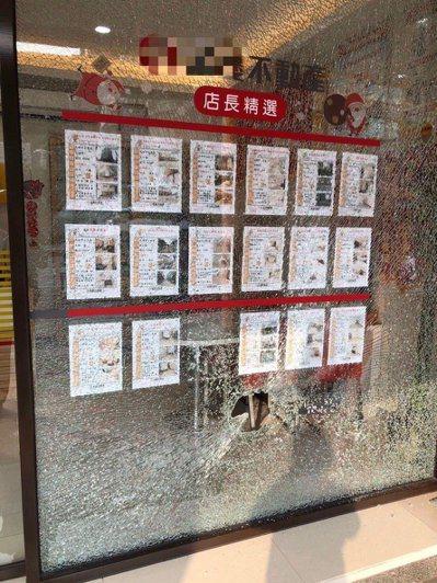 戴姓男子持榔頭砸毀新庄仔路一間房仲公司落地玻璃,玻璃當場碎裂。記者張媛榆/翻攝