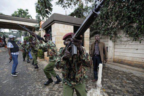 攻堅行動中的肯亞反恐部隊。 圖/美聯社