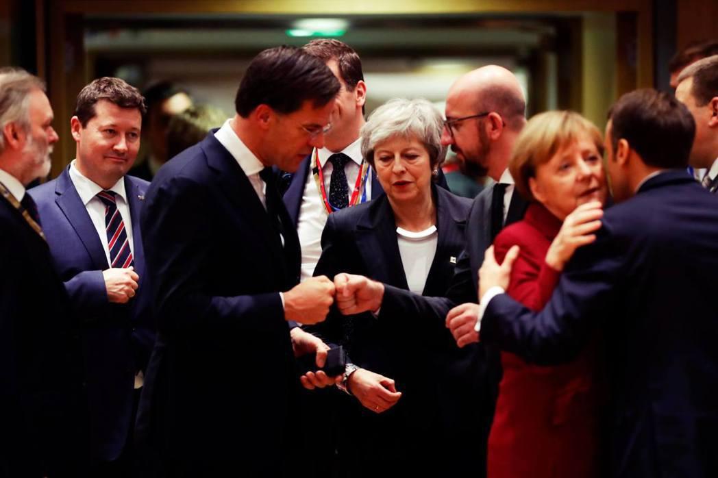 「歐盟願不願意爲了協助英國脫歐,而打破它不干涉成員國内政的原則問題?」圖為梅伊驚...