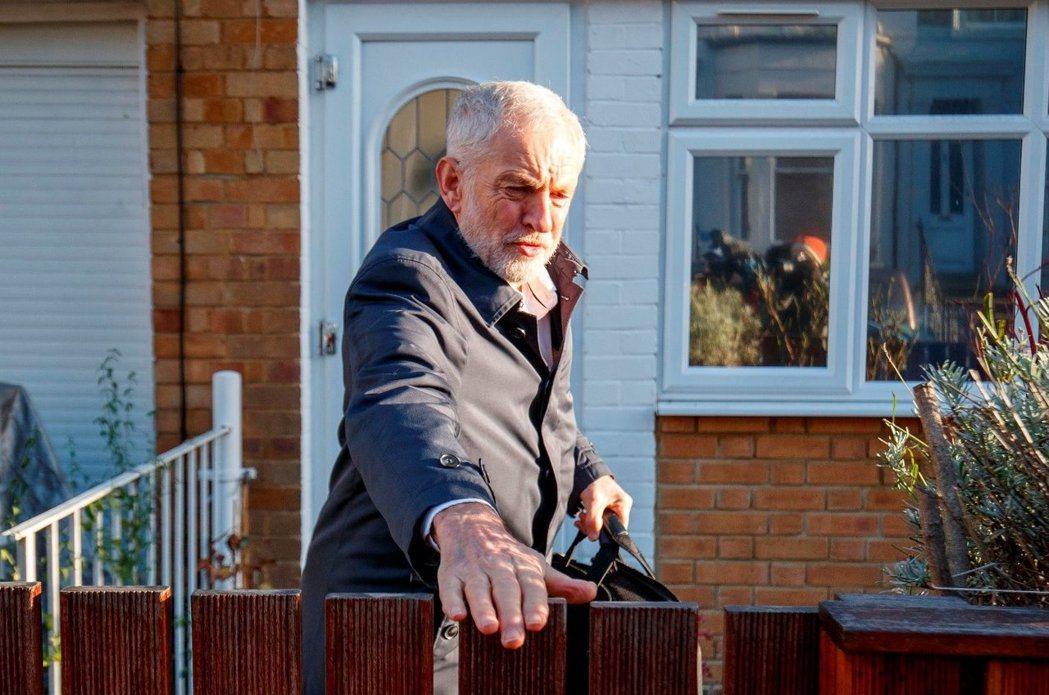脫歐以來,英國政壇最大的機會主義者——柯賓——提出不信任動議倒閣。柯賓這一推,能...