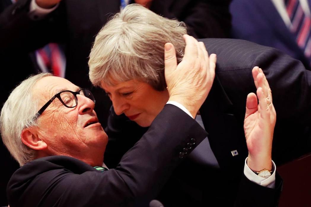 「梅伊拍拍(設計對白)。」歐洲委員會主席容克(圖左),以及歐洲理事會主席圖斯克聯...