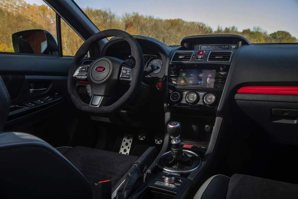 全車內裝以黑紅點綴,方向盤採用麂皮包覆外,廠徽也改為STI字樣。 摘自Subar...