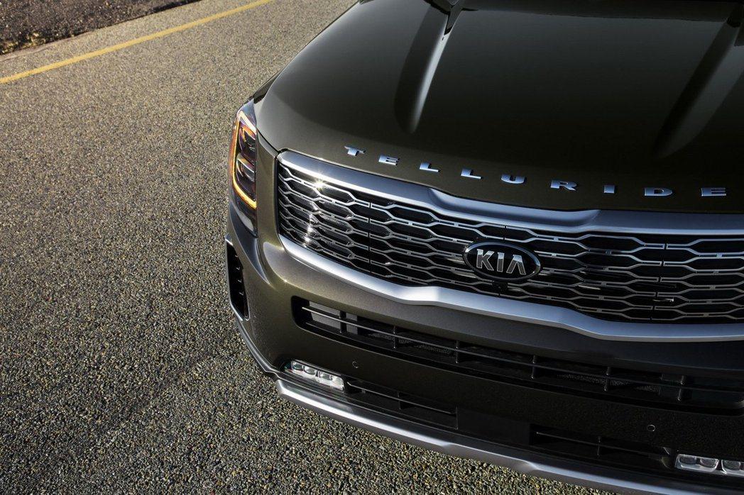 大寫「TELLURIDE」字樣分別至於車頭引擎蓋上方,與車尾廠徽的下方。 摘自Kia