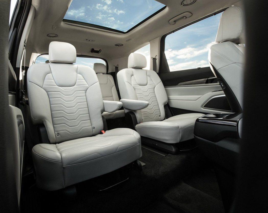 Kia Telluride可將第二排座椅選配成獨立兩人座的配置。 摘自Kia
