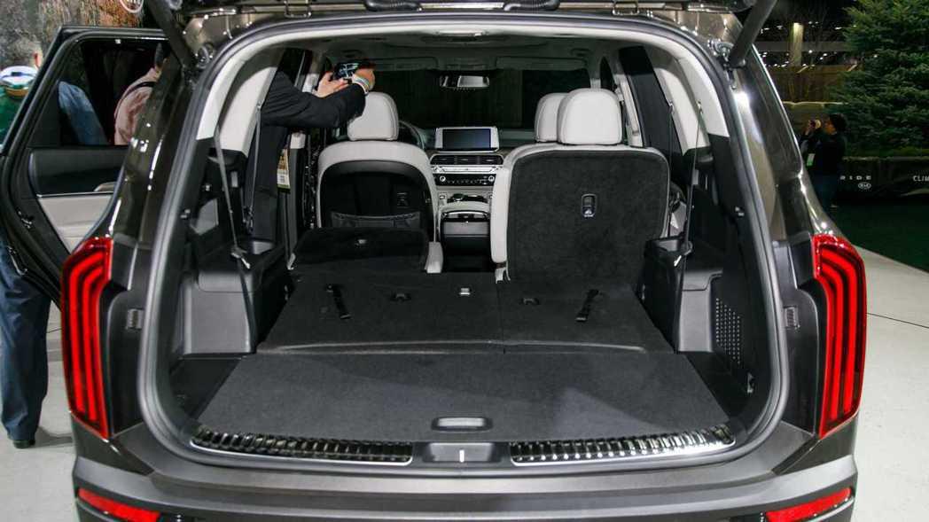 Kia Telluride將座椅傾倒後的平整表現相當出色。 摘自Motor 1