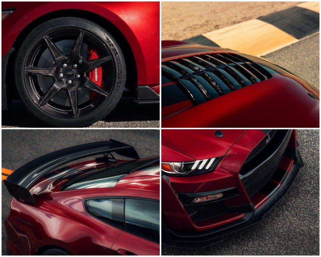 碳纖維的輪圈搭配Brembo卡鉗,與和其他的空力套件讓GT500看起來戰鬥感十足...