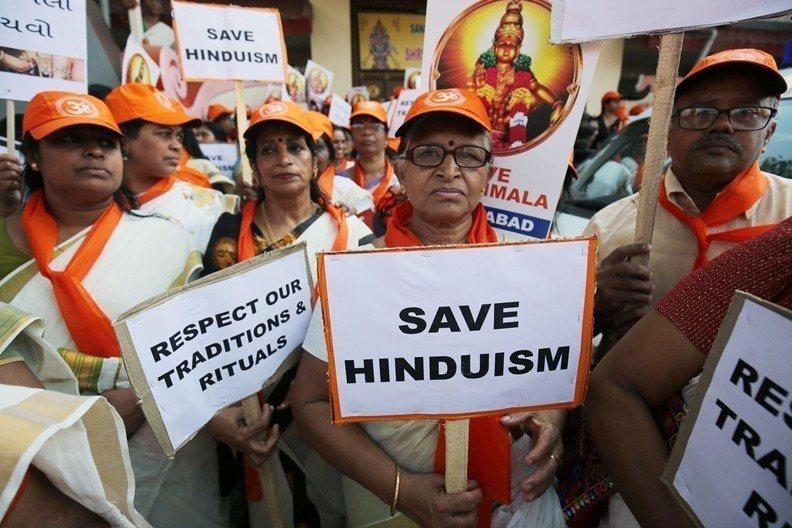 2018年9月,印度最高法院作出判決,認為印度國內的神廟「禁女令」違憲,但仍有不少女性信徒反對解禁。 圖/路透社