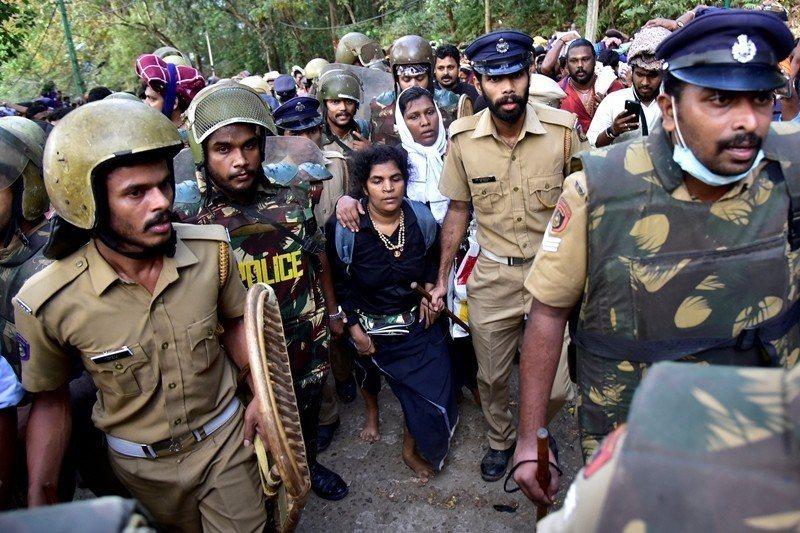 39歲的Kanaka Durga及40歲的Bindu Ammini在警方的保護下,從工作人員入口進入薩巴里馬拉寺廟。 圖/路透社