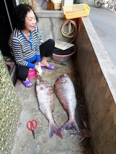 鄰居阿嬤在家門口處理漁獲。圖/鄭雅嬬提供
