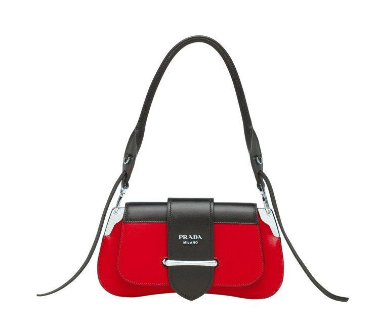 Sidonie紅黑撞色肩背包,93,500元。圖/PRADA提供