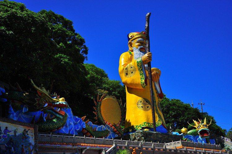高達108台尺的土地神像,乃是烘爐地南山福德宮的招牌特色。圖/新北市政府提供
