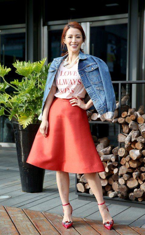 大年初一李蒨蓉親自示範3套穿搭,第一套她利用老鷹刺繡牛仔外套搭配大紅澎裙,率性又不失甜美感;第二套雖是年節少見的黑白色系裝扮,但點綴其間的珍珠帶出低調華麗感;最後一套則是標準的拜年打扮,粉紅色旗袍可...