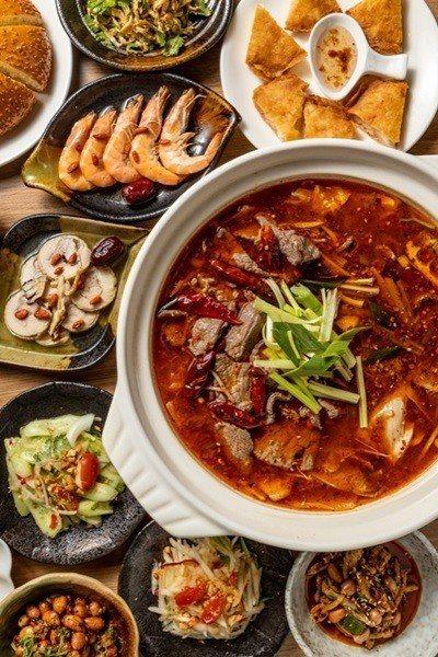 四川獨有秘方的水煮牛肉鍋,醉蝦、醉雞等手工小菜。