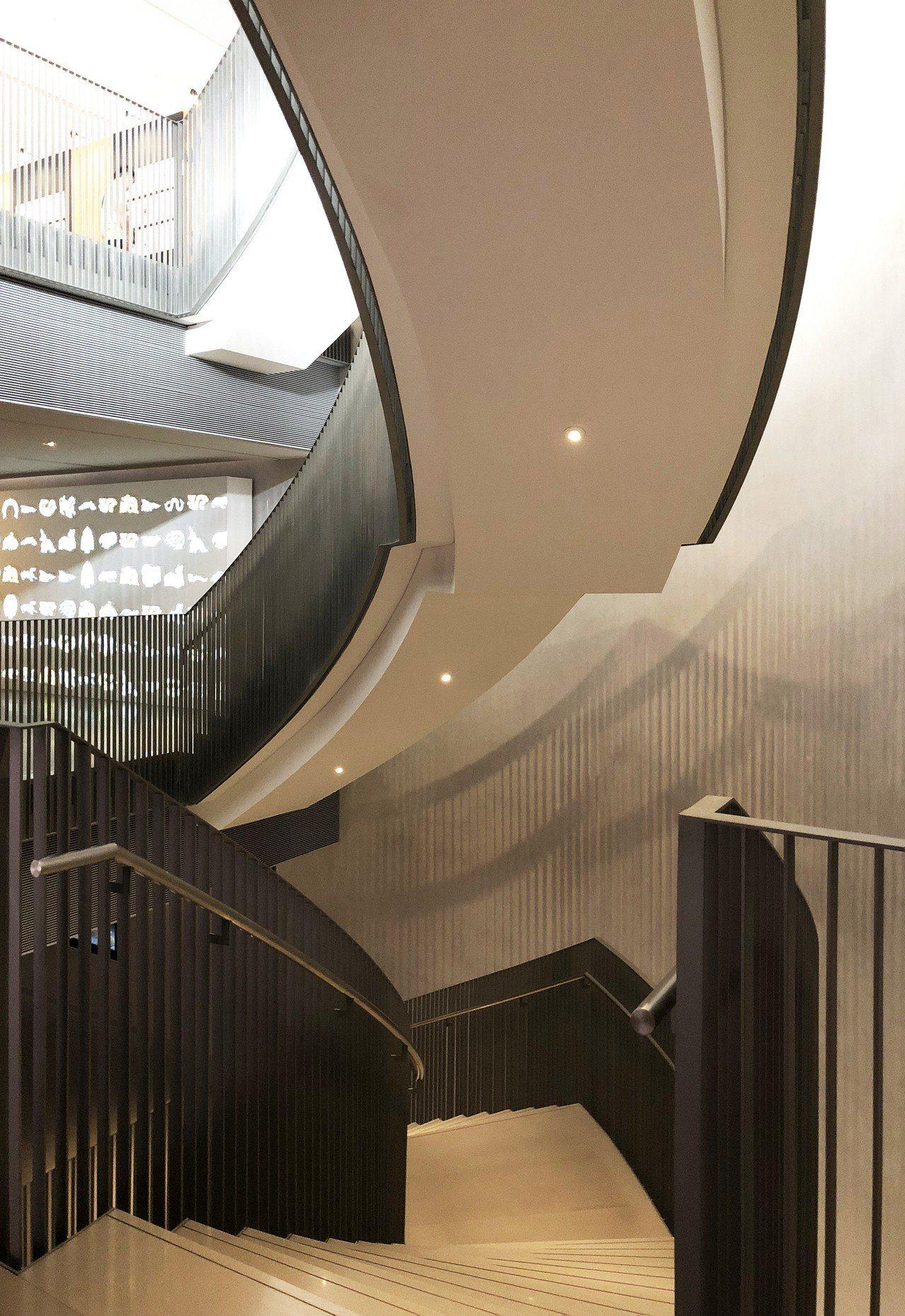 震旦博物館中的旋轉樓梯貫通整個建築