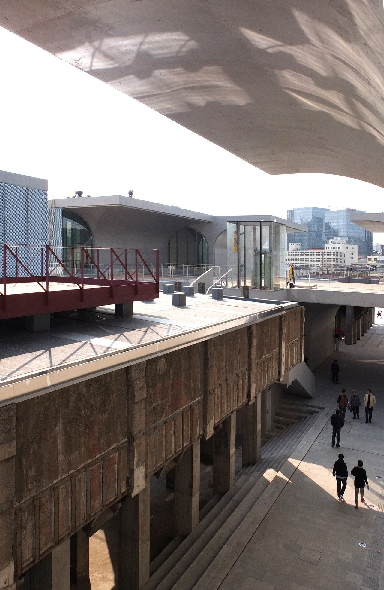 龍美術館本身結合舊遺址塑造動人形體