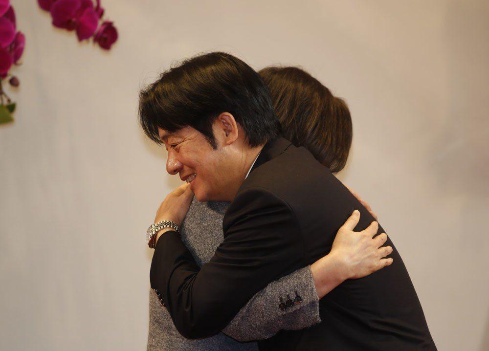賴揆(右)宣布總辭,結束致詞趨前與蔡英文(左)握手,蔡還給了賴一個大大擁抱。 攝...