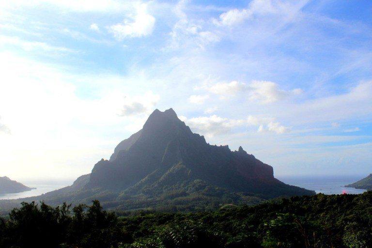 在島上開四驅車上山,能看到漂亮的山巒,配合雙海灣的景緻 圖文來自於:TripPl...