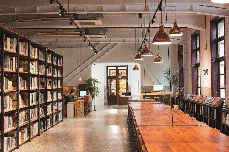 「不只是圖書館」收藏3萬本各類設計書籍,靜謐氛圍使人能放鬆地思考。(攝影/林煒凱...