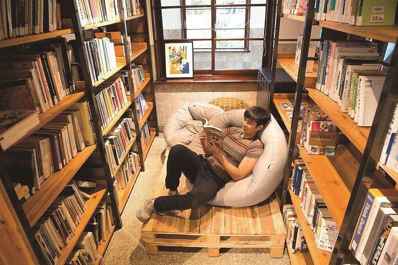 懶骨頭沙發讓書蟲盡情沉浸在書香世界中。(攝影/林煒凱)