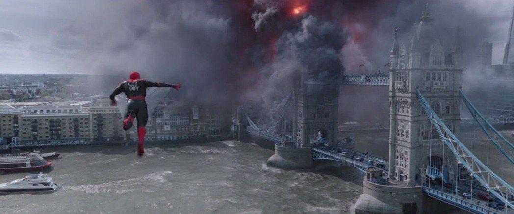 「蜘蛛人:離家日」中蜘蛛人離開紐約、在倫敦等歐洲大城展現身手。圖/翻攝自YouT...