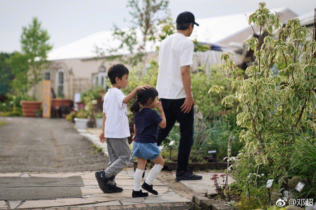 鄧超與兒女。圖/摘自微博