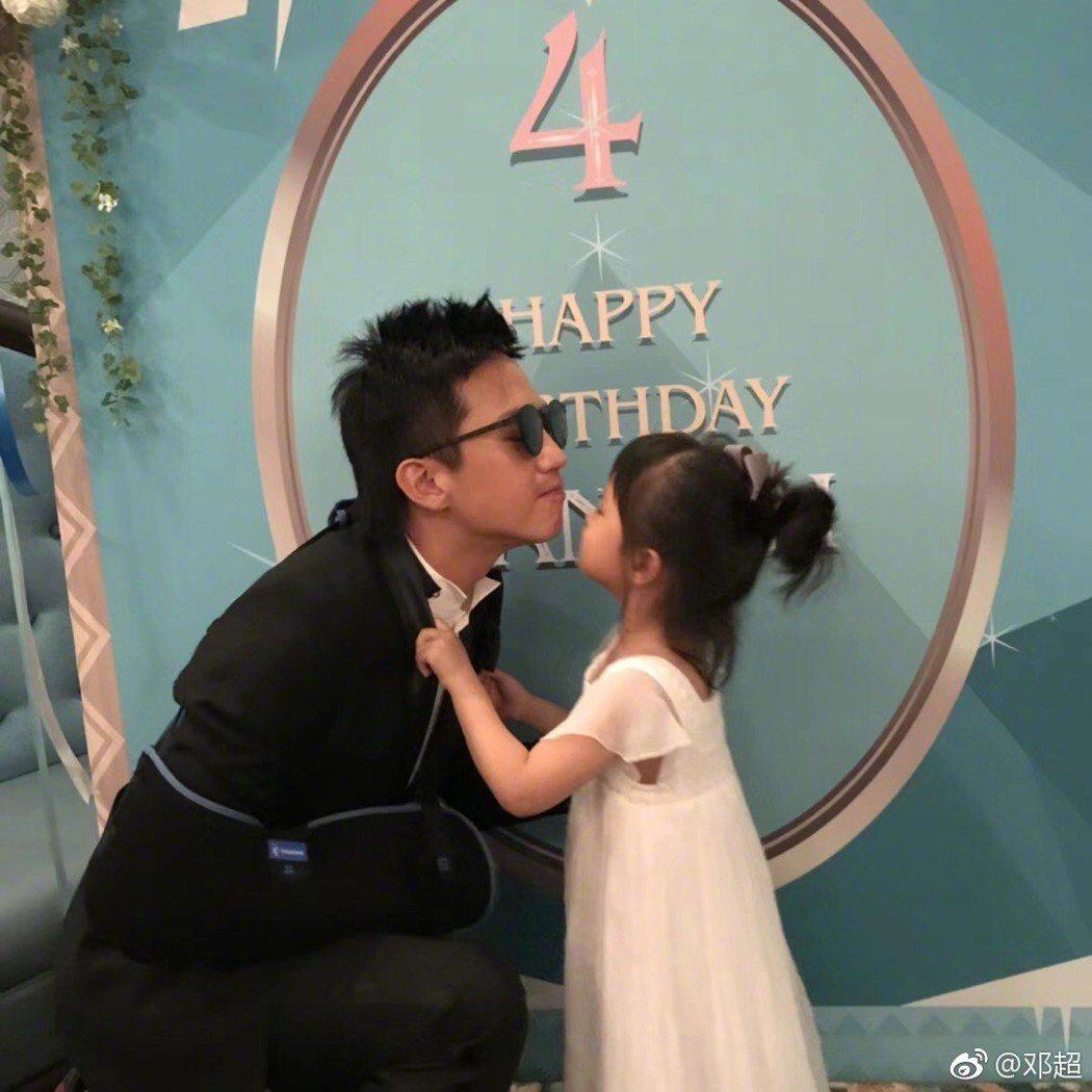 鄧超與女兒小花。圖/摘自微博